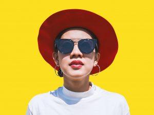 femme-lunettes-chapeau